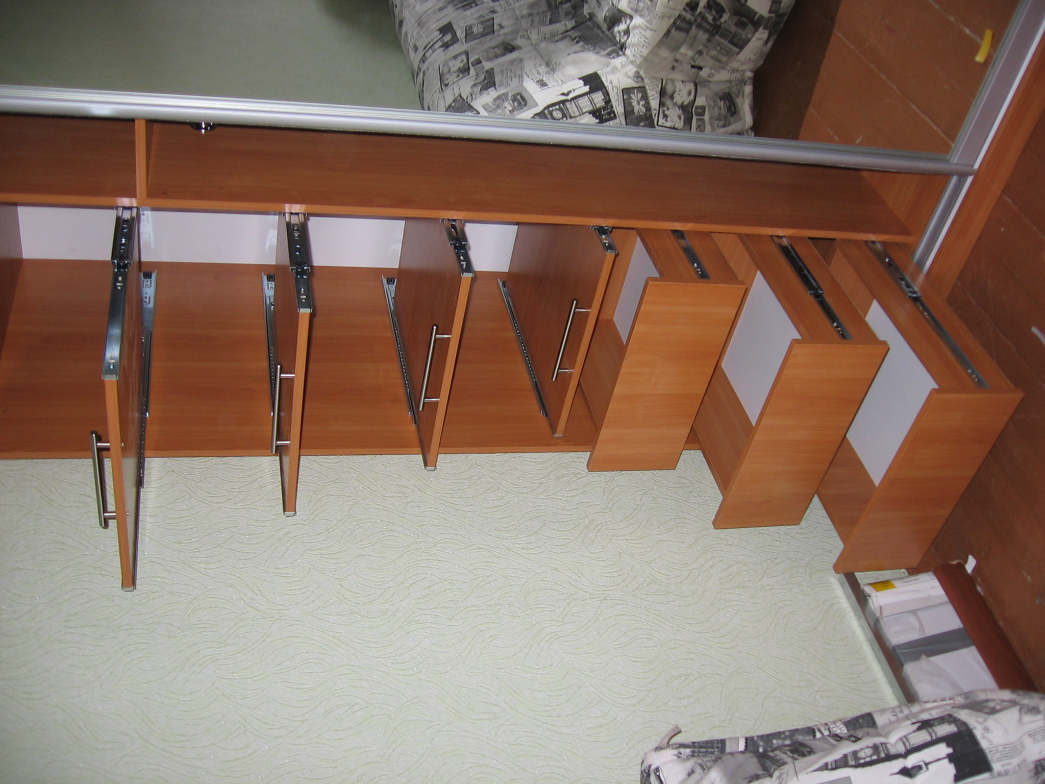 Как сделать выдвижные полки в шкафу